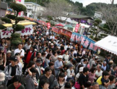 八幡神社の前は大賑わい!