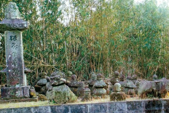 内村堂の山石塔群